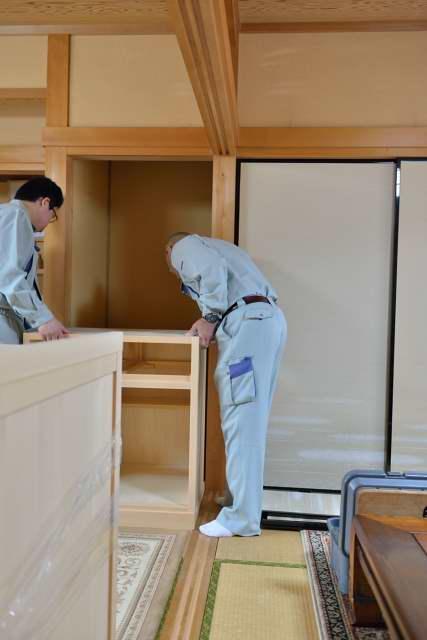 御霊舎の施工例11 御霊舎の下部をはめ込みます