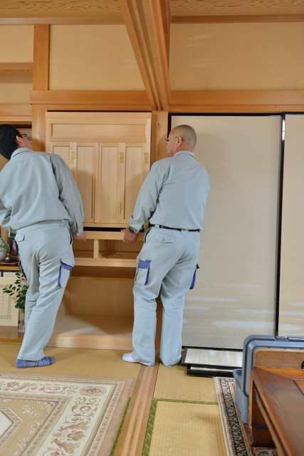 御霊舎の施工例11 御霊舎の上部をはめ込みます。