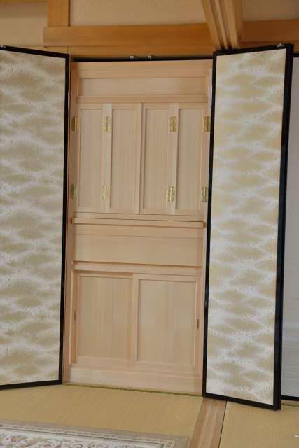 御霊舎の施工例11 御霊舎の建具を取付け、外したふすまを取付けます