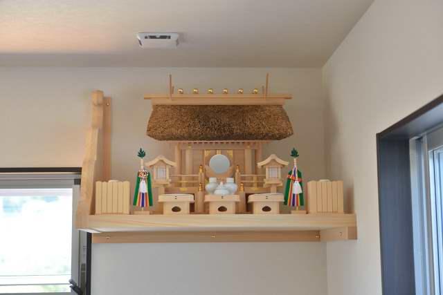 施工例11神棚用棚板の取付 茅葺一社宮と特別神具セット