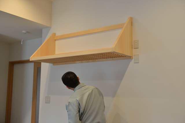 施工例12 格子付棚板の取付 下面には格子が見えます