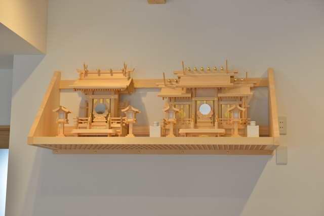 施工例12 格子付棚板の取付 板屋根違三社宮(小)と お稲荷さん6寸設置