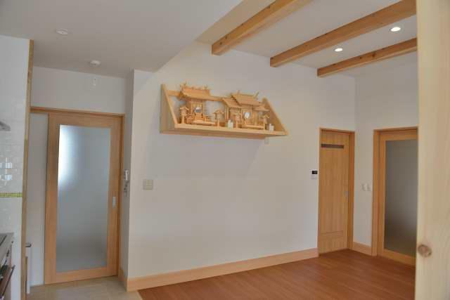 施工例12 格子付棚板の取付 お宮と神具の設置