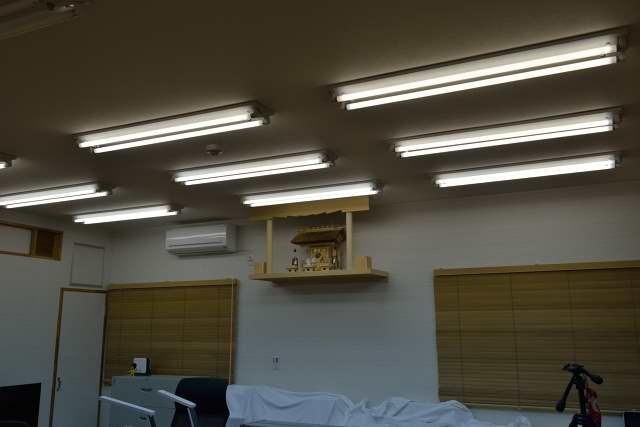 施工例13 雲板付格子棚板の取付 茅葺袖付宮と神具セット