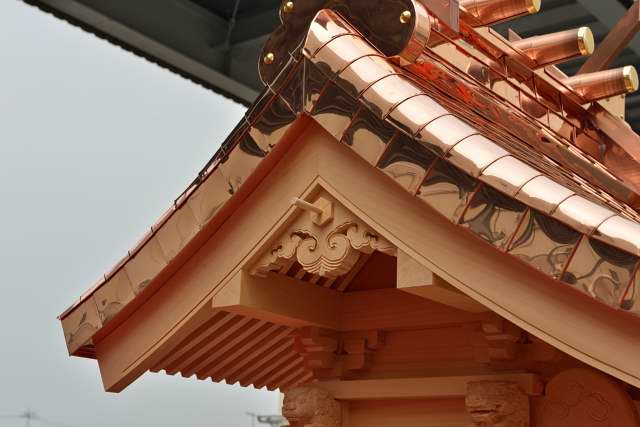 稲荷宮 尺5 懸魚彫刻、銅版屋根、海老虹梁