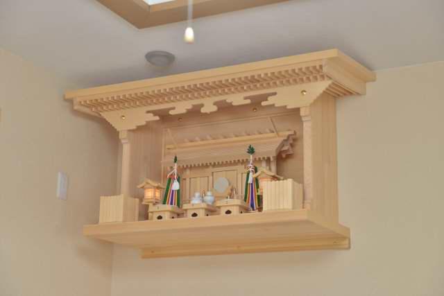 施工例14 別誂えの棚板および神棚の取付