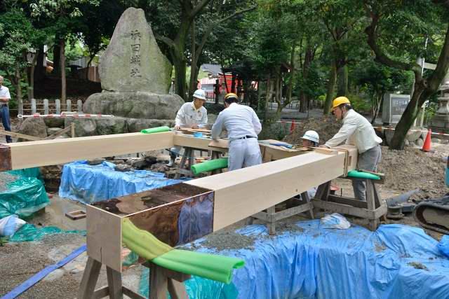 施工例15冠木門の現場施工1 本柱とまぐさ組立