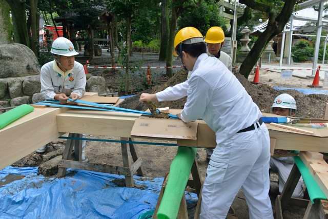 施工例15冠木門の現場施工1 左右の柱を引っ張ります