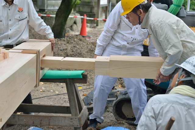 施工例15冠木門の現場施工1 袖を差し込みます