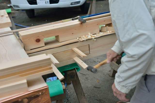 施工例15冠木門の現場施工1 シャチ栓を打ち込みます
