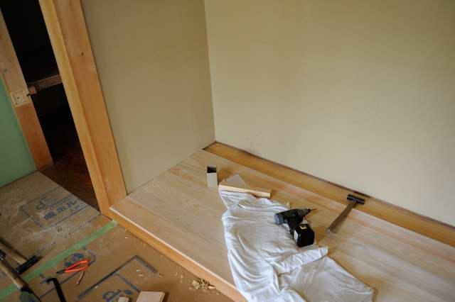 施工例1神床製作と御霊舎取付 神床桧板貼り