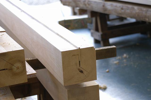 桧の芯持ち柱にはあらかじめ背割りがしてあるのでこれを同じ桧材で埋木します。