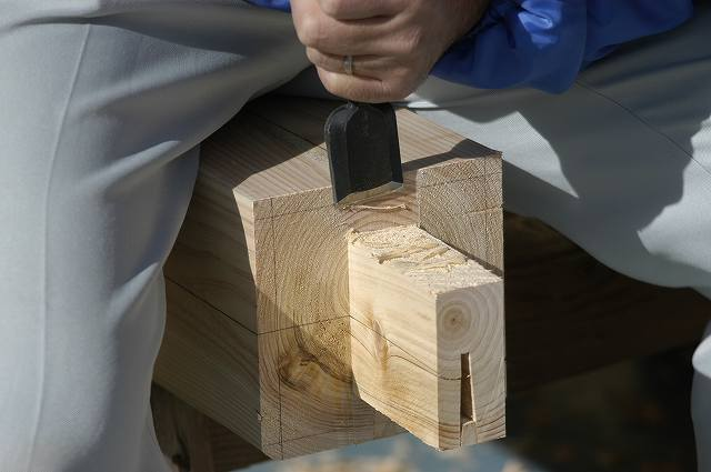 稲荷鳥居に使う桧の柱にほぞを付けます。