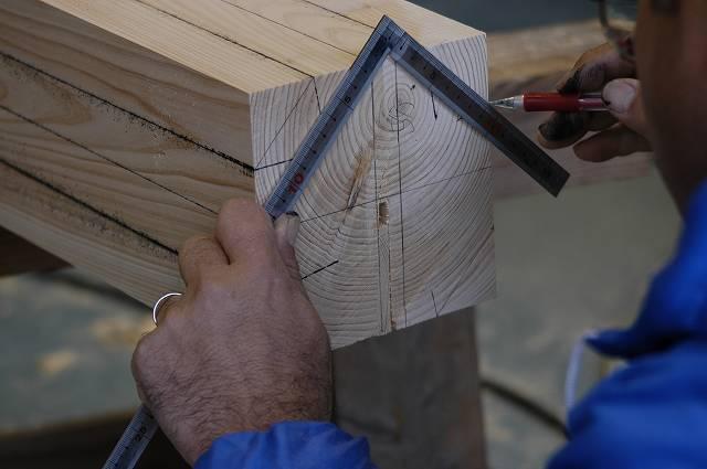 稲荷鳥居の柱材に丸くするための墨付けをしています。