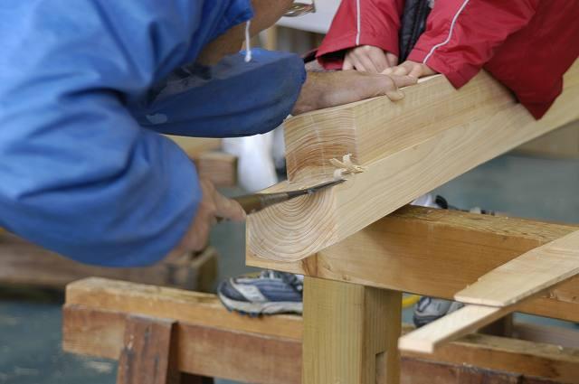稲荷鳥居の笠木と島木の木口を大きな付き鑿を使って仕上げます。