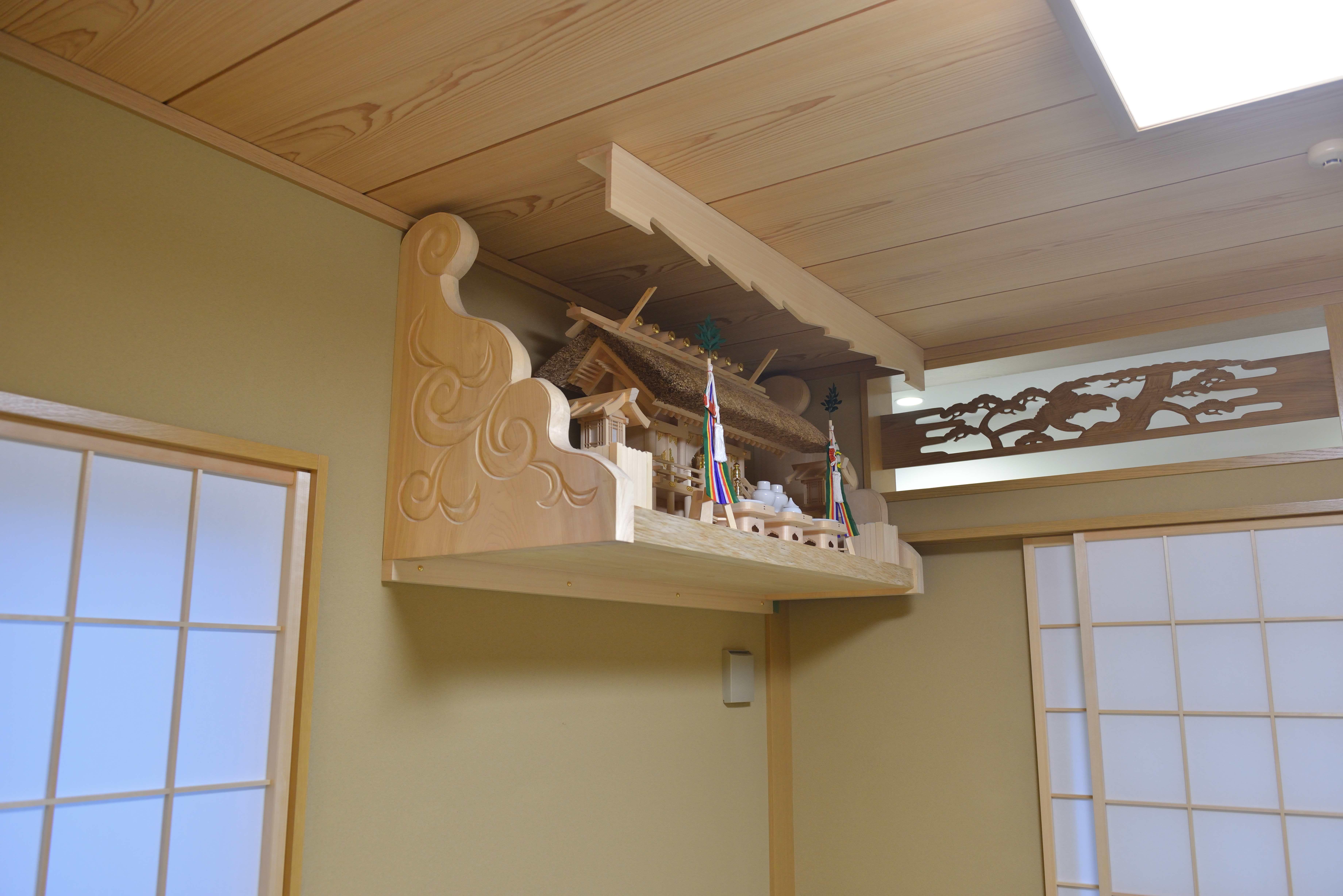 施工例20茅葺屋根通三社宮と彫刻付棚板