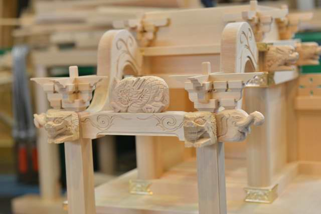 稲荷宮7寸 向拝柱と虹梁、獅子、バク彫刻