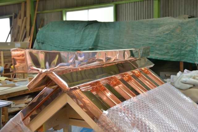 弁天宮の屋根笠木銅板葺