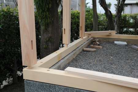 玉垣土台設置と柱仮組み