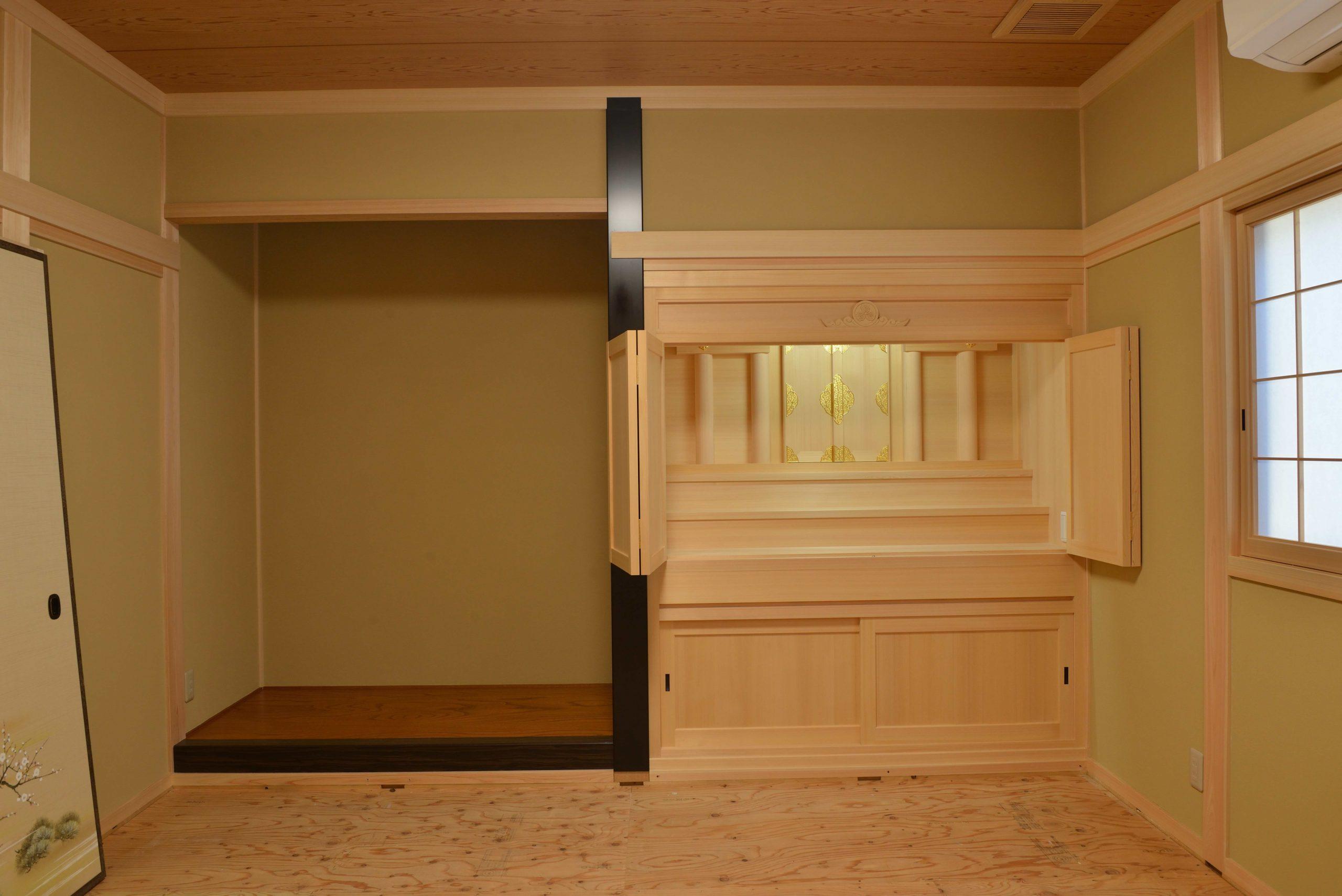 御霊舎の板建具開放