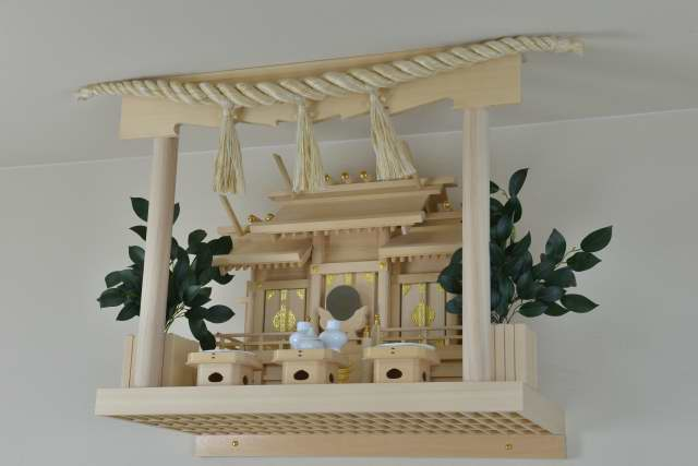 板屋根違三社宮と雲板付格子棚板にしめなわ