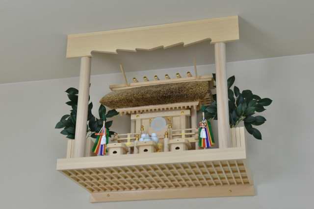 雲板付格子棚板に茅葺一社宮