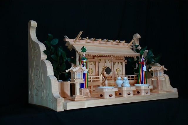 板屋根通三社宮と彫刻付棚板