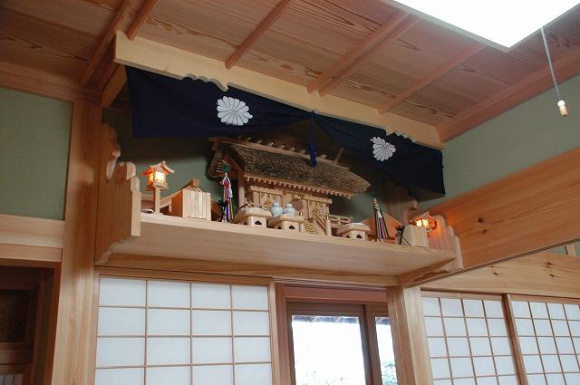 茅葺屋根通三社宮を彫刻付棚板