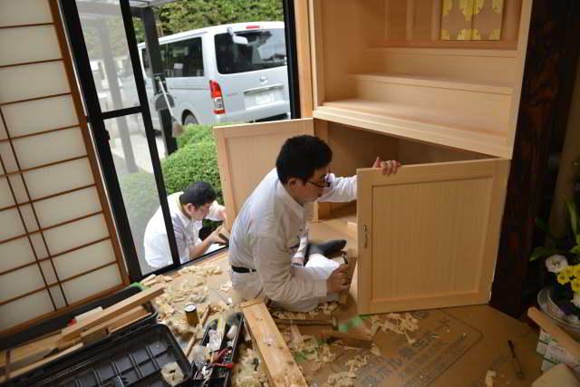 御霊舎施工例16 御霊舎の取付 下部建具の取付